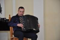 Грає Микола Головчак