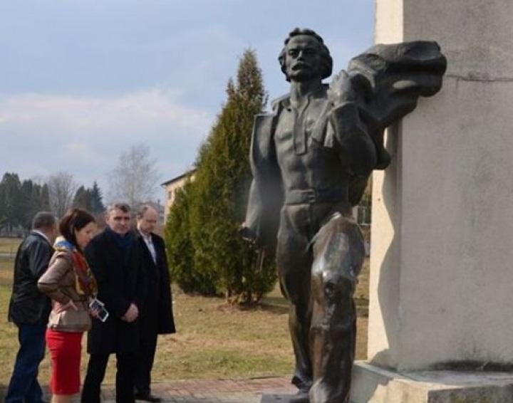 1489143517-9223-na-lvovschine-vandalyi-povredili-pamyatnik-ivanu-franko